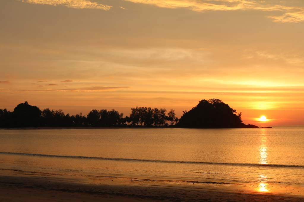 Moken-Eco-Village-Thailand-huts-on-beach-sunset_3505